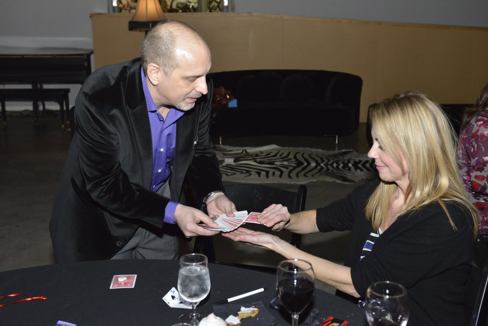 Comedy magician Steve Barcellona at EO St louis event performing strolling magic.